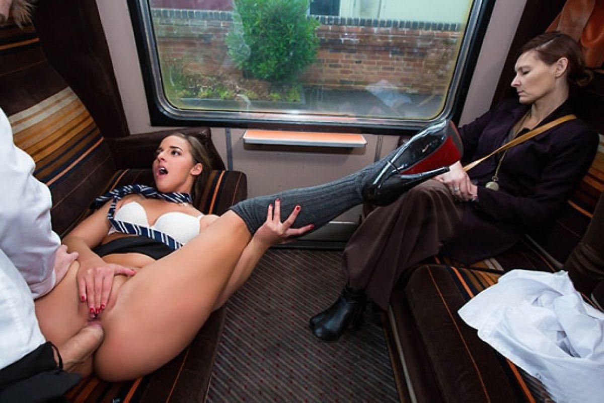 Autobus Del Porno una jovencita es obligada a follar en el tren con otro