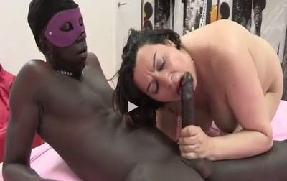 A Mi Padre Le Gusta Follar Porno un negro visita a mi madre y se la folla salvajemente