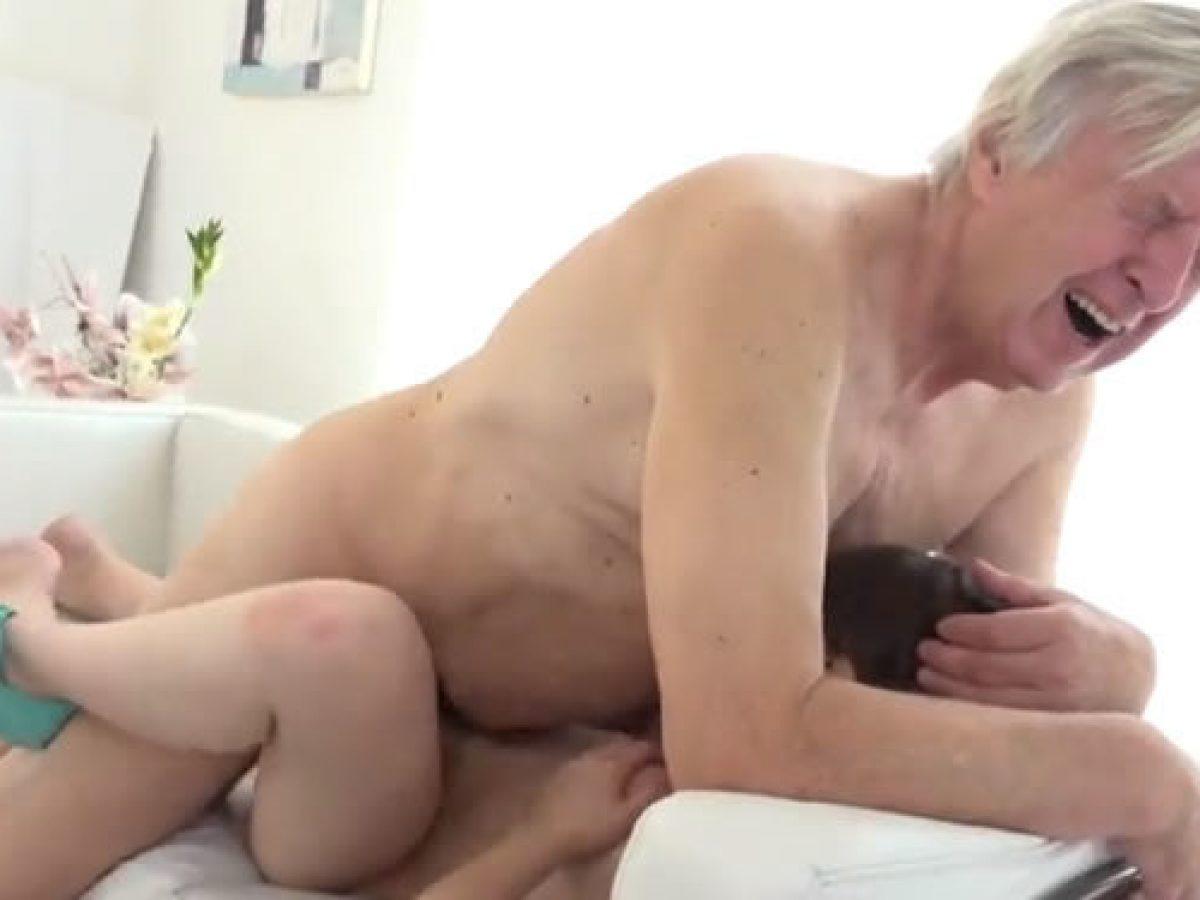 Abuelo Corrida Porno fui a cuidar a mi abuelo y termino cuid�ndome �l a mi